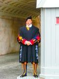 De stad van Vatikaan, Rome, Italië - Mei 02, 2014: De Zwitserse wacht die zich op plicht bevinden Stock Fotografie