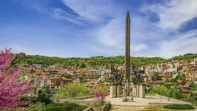 De stad van Velikotarnovo van het monument van Tsarenassens stock foto's