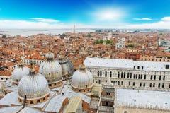 De stad van Venetië op zonnige dagen stock foto's