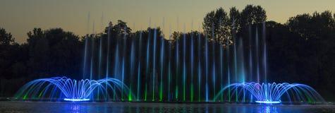 De stad van Vinnytsia is een waterkant dichtbij de Roshen-installatie, in de avonden toont de fontein een laser voor toont royalty-vrije stock afbeelding