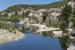 De stad van Vogue, Frankrijk, bij de Ardeche-rivier wordt gesitueerd die royalty-vrije stock fotografie