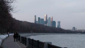 De stad van wolkenkrabbersmoskou tegen de achtergrond van de rivier in het park stock videobeelden