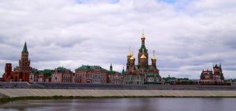 De stad van Yoshkarola, Mari El, Rusland De Waterkant Brugges Feestad met een mooie promenade Stock Foto's