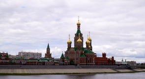 De stad van Yoshkarola, Mari El, Rusland De Waterkant Brugges Feestad met een mooie promenade Stock Afbeelding
