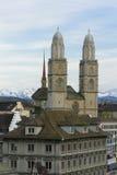 De stad van Zürich. De Kathedraal van Zürich. Stock Foto's