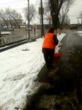 in de stad verwijder sneeuw in de wintervrouw stock foto's