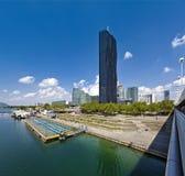 De Stad Wenen van Donau met de gloednieuwe gelijkstroom-Toren Stock Afbeelding