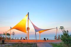 De stad is zacht snijdt en vorm in kust Stock Afbeelding