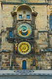 De stadhuisklokketoren van Praag tegen vroege ochtend Stock Foto