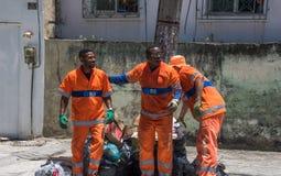 De stads- arbetarna från COMLURB, det kommunala lokalvårdföretaget, royaltyfria foton