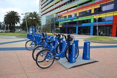 De Stads Blauwe Fietsen van Melbourne voor Huur stock afbeeldingen