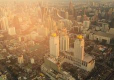 De stads centrale zaken die van Bangkok de stad in luchtmening bouwen, tijdens zonsondergang Royalty-vrije Stock Afbeeldingen