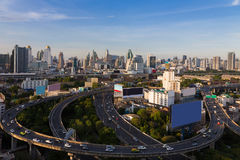 De stads centrale zaken van Bangkok de stad in en het viaduct Thailand van de weguitwisseling Royalty-vrije Stock Afbeeldingen