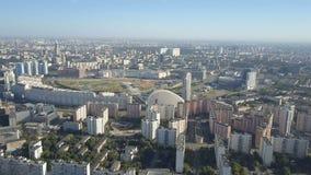 De stads luchtmening van Moskou Hommel die van woonkwarten van de stad van Moskou wordt geschoten Zonnige cityscape van dagmoskou stock video