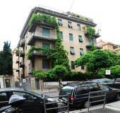 De stads oud huis van Rome en groene bomen Stock Fotografie