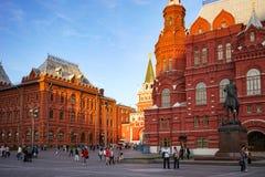 De stads` s architectuur met historische gebouwen en een monument om Zhukov te rangschikken die met mensen in de avond lopen uren royalty-vrije stock foto