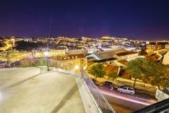 De stadsantenne van Lissabon bij nacht royalty-vrije stock afbeelding