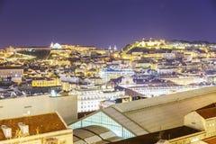 De stadsantenne van Lissabon bij nacht stock foto
