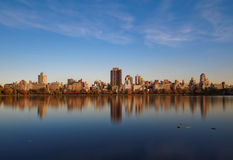 De Stadsbezinningen van Manhattan over Sunny Day in Central Park Stock Foto's