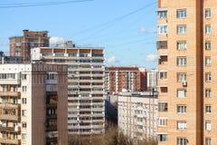 De stadsbouw in zonnige de lentedag Stock Afbeelding