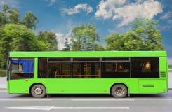 De stadsbus beweegt zich onderaan de straat royalty-vrije stock fotografie