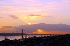 De stadscentrum en 25 DE Abril Bridge van Lissabon bij zonsondergang portugal Stock Afbeeldingen