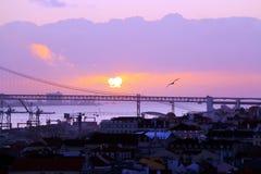 De stadscentrum en 25 DE Abril Bridge van Lissabon bij zonsondergang portugal Royalty-vrije Stock Foto's