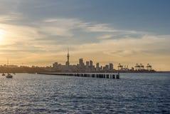 De stadscentrum van Auckland en zijn iconische skytower bij zonsondergang Stock Foto's