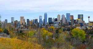 De stadscentrum van Calgary, Canada met kleurrijke dalingsbladeren royalty-vrije stock foto