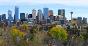De stadscentrum van Calgary, Canada met kleurrijke de herfstbladeren stock afbeeldingen
