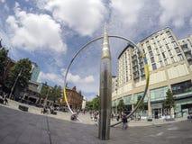 De stadscentrum van Cardiff in St David ` s Vierkant met voetgangers en straatkunst - brede hoek royalty-vrije stock afbeeldingen