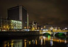 De stadscentrum van Dublin bij nacht stock afbeeldingen