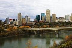 De stadscentrum van Edmonton met kleurrijke esp in daling Stock Fotografie