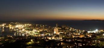 De stadscentrum van Vladivostok bij zonsondergang Royalty-vrije Stock Foto