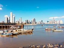 De Stadscityscape en horizon van Panama achter oude vissersboten bij fis royalty-vrije stock afbeeldingen