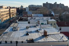 De Stadsdak van New York, op een heldere en zonnige dag, brede hoek, Bronx, NY stock foto's