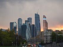 De stadsdistrict van Moskou bij schemer Stock Fotografie
