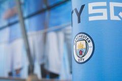 De Stadsembleem van Manchester bij Etihad-stadion stock afbeelding
