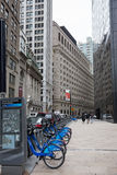 De stadsfietsen en toeristen van Liberty St ANS Broadway- Stock Afbeeldingen