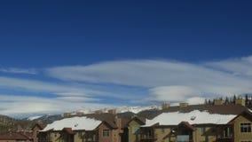 De stadsflatgebouwen met koopflats van de bergski in de winter stock videobeelden