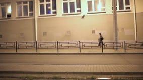 De stadsgatorna och trottoarerna på nattetid arkivfilmer