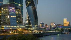 De Stadsgebouwen van Moskou en de rivier van Moskou Stock Afbeelding