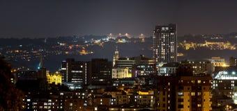 De stadsgebouwen van Sheffield met dramatische heuvelachtergrond royalty-vrije stock afbeeldingen