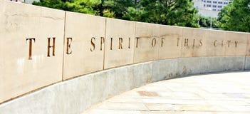 De Stadsgedenkteken van Oklahoma, muur die de overlevendeboom omringen royalty-vrije stock fotografie