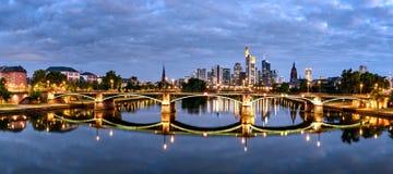 De stadshorizon Duitsland van Frankfurt stock afbeelding