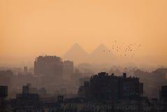 De stadshorizon en Piramides van Kaïro royalty-vrije stock afbeeldingen