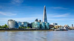 De stadshorizon en Rivier Theems van Londen Stock Afbeeldingen