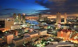 De Stadshorizon van Bangkok met Chao Phraya-rivier, Thailand Stock Fotografie