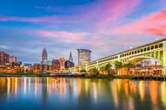 De de stadshorizon van de binnenstad van Cleveland, Ohio, de V.S. op de Cuyahoga-Rivier royalty-vrije stock foto's
