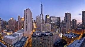 De stadshorizon van Chicago bij schemer Stock Afbeeldingen